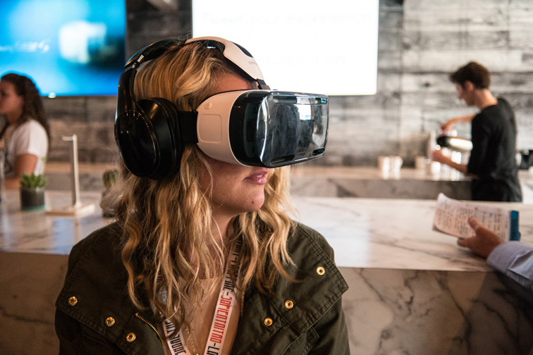 woman_using_a_samsung_vr_headset_at_sxsw_2015_2015-03-15_14-10
